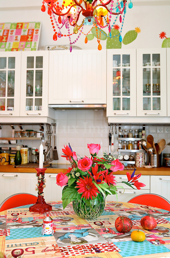 Nana Darioti lives in an apartment in an old building in the center of Athens in Omonia. The colors as well as the bold contrasts prevail in the apartment.