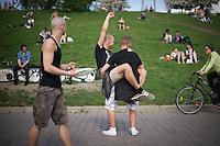 Berlin, Männer feiern am Donnerstag (09.05.13) im Mauer Park in Berlin Christi Himmelfahrt (Männertag). Foto: Timur Emek/CommonLens
