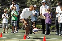 """WAP2011042503.WASHINGTON (ESTADOS UNIDOS).25/4/2011.-El presidente de los Estados Unidos, Barack Obama, participa en un """"clinic"""" de baloncesto con miembros de la NBA, WNBA y los Harlem Globetrotters dentro de las actividades de la tradicional Carrera de Huevos de Pascua en la Casa Blanca, hoy lunes 25 de abril de 2011 en Washington DC, Estados Unidos. El """"Easter Egg Roll"""" (""""Carrera de Huevos de Pascua"""") literalmente es una carrera en la que los niños compiten por rodar huevos duros de colores. La tradición la introdujo en la Casa Blanca el presidente Rutherford B. Hayes en 1878 pero poco a poco se han ido añadiendo nuevas actividades. EFE/Chip Somodevilla/POOL **PROHIBIDO SU USO A AFP***."""