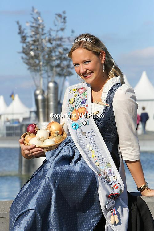 Foto: VidiPhoto<br /> <br /> WARMENHUIZEN - Hoog bezoek voor veredelaar Bejo in het Noordhollandse Warmenhuizen vrijdag. De Beierse uienkoningin Simone Rothmayr uit Geiselh&ouml;ring kwam hoogstpersoonlijk de kwaliteit van de Hollandse uien controleren. De Zuid-Duitsers blijken zeer gecharmeerd van de uien van de Nederlandse groenteveredelaar. Vooral de grote exemplaren doen het goed op de Duitse markt. Tot en met zaterdag zet Bejo, een van de grootste groenteveredelaars van Nederland, zijn deuren open voor relaties, klanten en publiek uit de hele wereld. Het groentezaad (meer dan 1000 rassen) van Bejo wordt jaarlijks naar meer dan 100 landen wereldwijd ge&euml;xporteerd. Zowel veredeling als productie is verspreid over diverse landen.