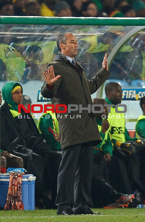 19.06.2010, Loftus Versfeld Stadium, Pretoria, RSA, FIFA WM 2010, Cameroon (CMR) vs Denmark (DEN), im Bild Paul Le Guen manager / head coach of Cameroon reacts by holding up his hands .  Foto: nph /    Marc Atkins *** Local Caption *** Fotos sind ohne vorherigen schriftliche Zustimmung ausschliesslich f&uuml;r redaktionelle Publikationszwecke zu verwenden.<br /> <br /> Auf Anfrage in hoeherer Qualitaet/Aufloesung