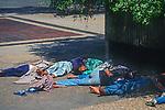 Menores de rua dormindo na Praça da Sé, São Paulo. 1993. Foto de Juca Martins.