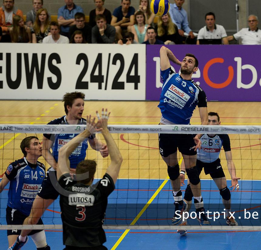 Knack Roeselare - Noliko Maaseik :  Ruben Van Hirtum springt hoog om te smashen tegenover het blok van Broshog (3)<br /> foto VDB / BART VANDENBROUCKE