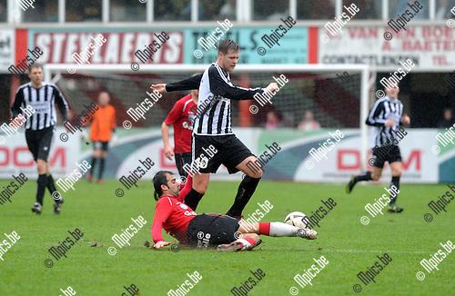 2012-12-23 / Voetbal / seizoen 2012-2013 / Lyra - Neerpelt / Glenn Janssens (Lyra) probeert Ben Didden van de bal te zetten..Foto: Mpics.be