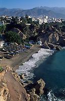 Blick vom Balkon de Europa auf den Strand von Nerja, Andalusien, Spanien