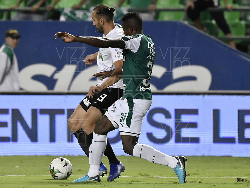 PALMIRA - COLOMBIA, 21-08-2019: Richard Renteria del Cali disputa el balón con Hernan Barcos de Nacional durante partido entre Deportivo Cali y Atlético Nacional por la fecha 7 de la Liga Águila II 2019 jugado en el estadio Deportivo Cali de la ciudad de Palmira. / Richard Renteria of Cali vies for the ball with Hernan Barcos of Nacional during match between Deportivo Cali and Atletico Nacional for the date 7 as part Aguila League II 2019 played at Deportivo Cali stadium in Palmira city. Photo: VizzorImage / Gabriel Aponte / Staff