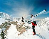 USA, Utah, skiers with skis at the top of Eddie's High Nowhere, Alta Ski Resort