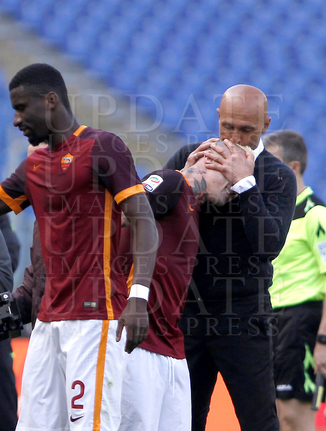 Calcio, Serie A: Roma vs Napoli. Roma, stadio Olimpico, 25 aprile 2016.<br /> Roma's coach Luciano Spalletti, right, kisses his player Radja Nainggolan, who cored the winning goal during the Italian Serie A football match between Roma and Napoli at Rome's Olympic stadium, 25 April 2016. Roma won 1-0.<br /> UPDATE IMAGES PRESS/Isabella Bonotto