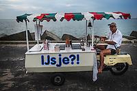 Nederland, Scheveningen, 20 juli  2014<br /> IJscoman in de schemering op de havenpier van Scheveningen<br />  <br /> Foto (c) Michiel Wijnbergh