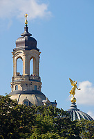 Deutschland, Freistaat Sachsen, Dresden: goldener Engel auf der Kuppel der Kunstakademie, Turm der Frauenkirche | Germany, the Free State of Saxony, Dresden: golden angel on top of dome of academy of arts, tower of church of our lady