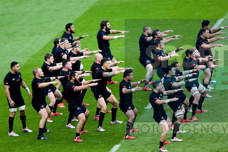 New Zealand perform the Haka - QBE Autumn Internationals - England vs New Zealand - Twickenham Stadium - London - 08/11/2014 - Pic Charlie Forgham-Bailey/Sportimage