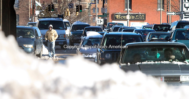WATERBURY CT.-13 JANUARY  2011 011311DA02- Unshoveled sidewalks force pedestrians to walk in the roadway on West Main St. in Waterbury on Thursday. <br /> Darlene Douty Republican American