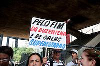 SAO PAULO, SP, 02.04.2015 - Professores da rede estadual promovem ato por melhorias na carreira de professor e no sistema educacional. No vão do MASP no início da tarde dessa quinta 02.  ( Gabriel Soares/ Brazil Photo Press)