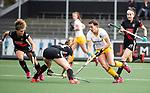 AMSTELVEEN - Hockey - Hoofdklasse competitie dames. AMSTERDAM-DEN BOSCH (3-1). Frederique Matla (Den Bosch)   stuit op Jacky Schoenaker (A'dam)  . links Maria Verschoor (A'dam)    COPYRIGHT KOEN SUYK