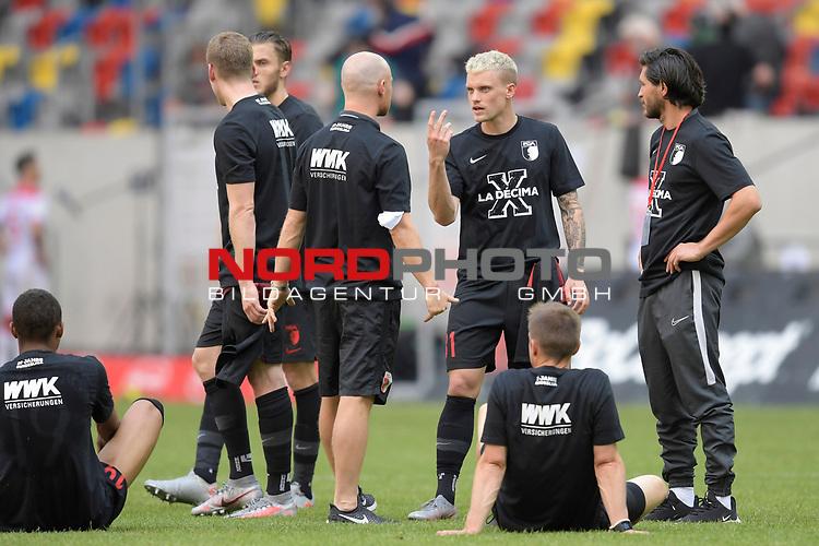 Augsburger Spieler nach Spielende und mit T-Shirts La Decima zum Klassenerhalt.<br />Philipp MAX (FC Augsburg).Gestik.<br /><br />Fussball 1. Bundesliga, 33.Spieltag, Fortuna Duesseldorf (D) -  FC Augsburg (A), am 20.06.2020 in Duesseldorf/ Deutschland. <br /><br />Foto: AnkeWaelischmiller/Sven Simon/ Pool/ via Meuter/Nordphoto<br /><br /># Editorial use only #<br /># DFL regulations prohibit any use of photographs as image sequences and/or quasi-video #<br /># National and international news- agencies out #