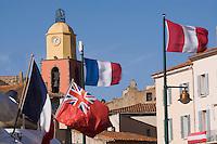 Europe/Provence-Alpes-Côte d'Azur/83/Var/Saint-Tropez: Le port -les  Fanions des Yachts et le clocher de l'église