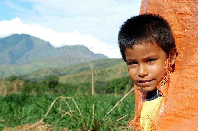 Landbesetzung in Relleno Sanitario de Punta Cabito<br /> In der Gemeinde Relleno Sanitario de Punta Cabito im Bundesstaat Carabobo haben die Bewsohner Land eines Grossgrundbesitzers besetzt um es nach 30 Jahren ohne Nutzung zu bebauen. Nach der bolivarianischen Verfassung ist die Enteignug von Boden moeglich, wenn keine Steuern gezahlt werden und die Laendereien brach liegen.<br /> Hier: Ein Kind der Landbesetzer.<br /> 12.11.2004, Relleno Sanitario de Punta Cabito / Venezuela<br /> Copyright: Christian-Ditsch.de<br /> [Inhaltsveraendernde Manipulation des Fotos nur nach ausdruecklicher Genehmigung des Fotografen. Vereinbarungen ueber Abtretung von Persoenlichkeitsrechten/Model Release der abgebildeten Person/Personen liegen nicht vor. NO MODEL RELEASE! Nur fuer Redaktionelle Zwecke. Don't publish without copyright Christian-Ditsch.de, Veroeffentlichung nur mit Fotografennennung, sowie gegen Honorar, MwSt. und Beleg. Konto: I N G - D i B a, IBAN DE58500105175400192269, BIC INGDDEFFXXX, Kontakt: post@christian-ditsch.de<br /> Bei der Bearbeitung der Dateiinformationen darf die Urheberkennzeichnung in den EXIF- und  IPTC-Daten nicht entfernt werden, diese sind in digitalen Medien nach &sect;95c UrhG rechtlich geschuetzt. Der Urhebervermerk wird gemaess &sect;13 UrhG verlangt.]
