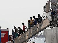 320 immigrati sono sbarcati nel porto di nave dalla nave Scirocco <br /> nella foto