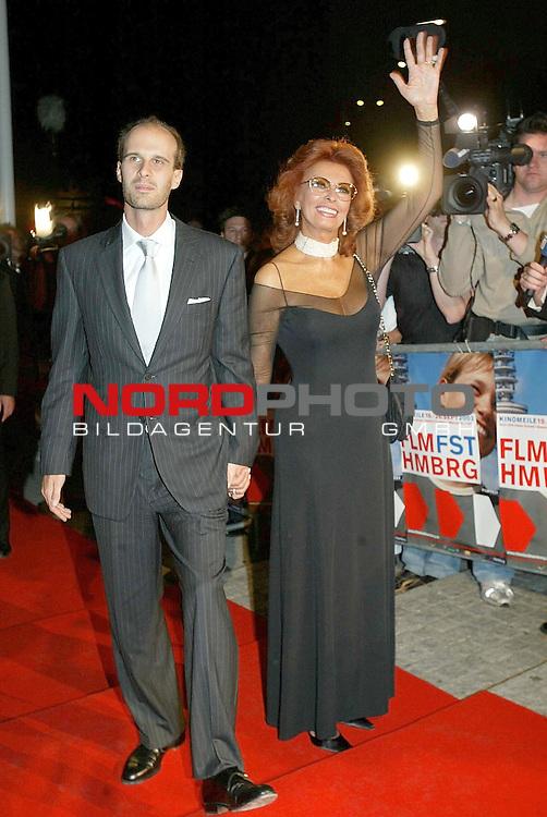Besuch von Sophia Loreen und ihrem Sohn und Regisseur Edoardo Ponti beim Hamburger Filmfest 2003 zur Premiere des Films ,, Zwischen Fremden&quot; im Hamburger Cinemaxx<br /> <br /> <br /> Foto &copy; nordphoto / Anja Heinemann<br />  *** Local Caption *** Foto ist honorarpflichtig! zzgl. gesetzl. MwSt.<br />  Belegexemplar erforderlich<br /> Adresse: nordphoto<br /> Georg-Reinke-Strasse 1<br /> 49377 Vechta