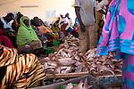 Economie. Premier secteur d'exportation du Sénégal, la pêche fait vivre deux millions de personnes. On dénombre 60 000 pêcheurs piroguiers qui assurent 80 % des débarquements du pays, destiné majoritairement aux marchés européens. -Les « mamas pirogue » s'installent à même le sable ou sous la halle en dur pour vendre sur le marché local thioff (merou), sopot (dorade), yakh (carpe rouge), seude (barracuda)...