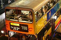 Habiter et travailler à Hong-kong, pour ceux qui préfèrent fuir la frénésie du centre ou ne peuvent s'offrir les appartements sur l'ile , c'est aussi l'obligation de longues heures de transport dans les bus de type londonien à double étage. Ici destination Siu Sai Wan vers l'Est.