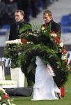 m heutigen Sonntag (15.11.2009) nahmen die Fans und Freunde des am 10.11.2009 verstorbenen Nationaltorwartes Robert Enke ( Hannover 96 ) Abschied. In der groessten Trauerfeier nach Adenauer kamen rund 100.000 Träuergaeste zur AWD Arena. Zu den VIP zählten u.a. Altkanzler Gerhard Schroeder, Bundestrainer Joachim Loew und die aktuelle DFB Nationalmannschaft, sowie Vertreter der einzelnen Bundesligamannschaften und ehemalige Vereine, in denen er gespielt hat. Der Sarg wurde im Mittelkreis des Stadions aufgebahrt. Trauerreden hielten u.a. MIniterpräsident Christian Wulff, DFB Präsident Theo Zwanziger , Han. Präsident Martin Kind <br /> <br /> Foto:  Towarttrainer Andreas Koepke und Co Trainer Hansi Flick<br /> <br /> <br /> Foto: © nph ( nordphoto )  <br /> <br />  *** Local Caption *** Fotos sind ohne vorherigen schriftliche Zustimmung ausschliesslich für redaktionelle Publikationszwecke zu verwenden.<br /> Auf Anfrage in hoeherer Qualitaet/Aufloesung