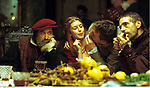 DIG Film, &quot;Der Kaufmann von Venedig&quot; (The <br /> Merchant of Venice), USA / ITA / LUX / GBR 2004, <br /> Regie: Michael Radford, Szene mit: Al Pacino<br /> (Shylock), NIPs, Jeremy Irons (Antonio),<br /> Drama, Kom&ouml;die, nach William Shakespeare, Halbfigur, zusammen sitzend, zusehend, G&auml;ste, Essen, essend, Weinglas, Glas, Wein,<br /> ~<br /> movie, &quot;The Merchant of Venice&quot;, USA / ITA / LUX / GBR 2004, director: Michael Radford, scene with: Al Pacino (Shylock), NIPs, Jeremy Irons (Antonio),<br /> drama, comedy, based on William Shakespeare, half length, sitting together, watching, guests, food, meal, dinner, eating, wine glass,