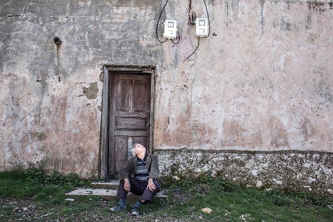 arbeitsloser Elektriker Beni, Pashtresh, Shpati, 2013, Strom wird  in Albanien hauptsächlich aus Wasserkraft gewonnen. Zu kommunistischen Zeiten wurde das Land elektrifiziert. Die Infrastruktur kann aber mit dem hohen Verbrauch heutzutage nicht mithalten