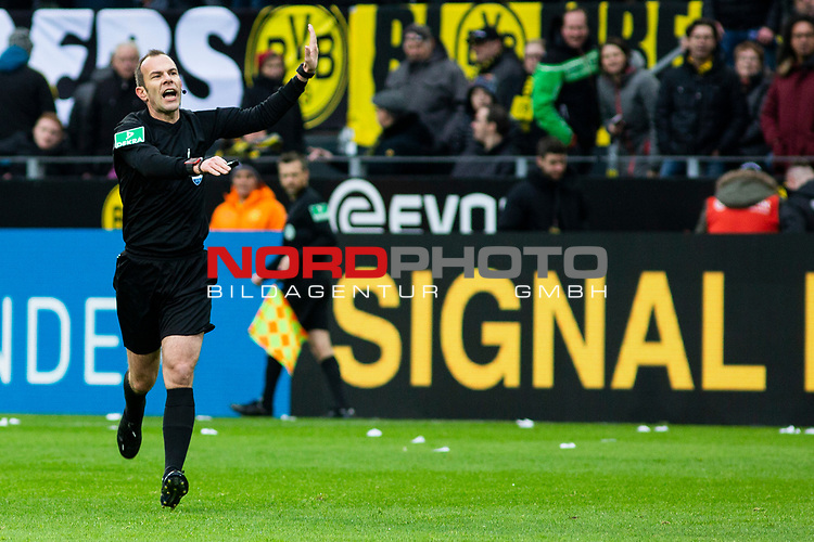 09.02.2019, Signal Iduna Park, Dortmund, GER, 1.FBL, Borussia Dortmund vs TSG 1899 Hoffenheim, DFL REGULATIONS PROHIBIT ANY USE OF PHOTOGRAPHS AS IMAGE SEQUENCES AND/OR QUASI-VIDEO<br /> <br /> im Bild | picture shows:<br /> Schiedsrichter | Referee Marco Fritz nimmt den Treffer von Jadon Sancho (Borussia Dortmund #7) nach Videobeweis zur&uuml;ck,  <br /> <br /> Foto &copy; nordphoto / Rauch