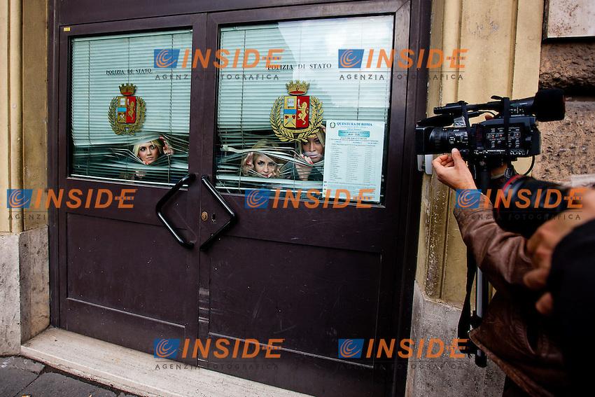 """Roma 6 novembre 2011 - Il gruppo di attiviste politiche ukraine """"Le femen"""" si prepara in un albergo del centro di Roma ad incontrare il Papa a Piazza san Pietro durante l'Angelus. La polizia le ha fermate durante il loro arrivo in Via della Conciliazione portandole al commissariato di Piazza Cavour dove sono state trattenute sino al tardo pomeriggio. Una di esse, l'unica che si sia riuscita a spogliare, è stata denuciata . .Activists of ukrainian protest group Femen in a police station after they tried to demonstrate in San Pietro square, Vatican city..Foto Insidefoto DCA"""