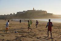 Afrique/Afrique du Nord/Maroc/Rabat: Partie de football sur la plage de Salé, à l'arrière plan, la kasbah des Oudaïa dans la lumière du soir
