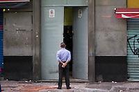 SAO PAULO, SP - 07.10.2015 - HABITAÇÃO-SP - Policias cumprem mandato de reintegração de posse, em edifício no centro de São Paulo, nesta quarta-feira, 07. (Foto: Fabricio Bomjardim / Brazil Photo Press)