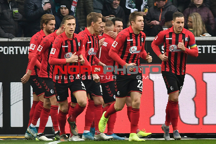 01.12.2019, Borussia-Park - Stadion, Moenchengladbach, GER, DFL, 1. BL, Borussia Moenchengladbach vs. SC Freiburg, DFL regulations prohibit any use of photographs as image sequences and/or quasi-video<br /> <br /> im Bild die Mannschaft von Freiburg jubelt nach dem Tor zum 1:1 Torschuetze Jonathan Schmid (#7, SC Freiburg) <br /> <br /> Foto © nordphoto/Mauelshagen