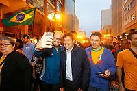 CURITIBA, PR, 02.10.2018 – ELEIÇÕES-2018 – O candidato à presidência da república João Amoêdo (NOVO), durante caminhada pelas ruas centrais de Curitiba (PR) na noite desta terça-feira (02).(Foto: Paulo Lisboa/Brazil Photo Press)