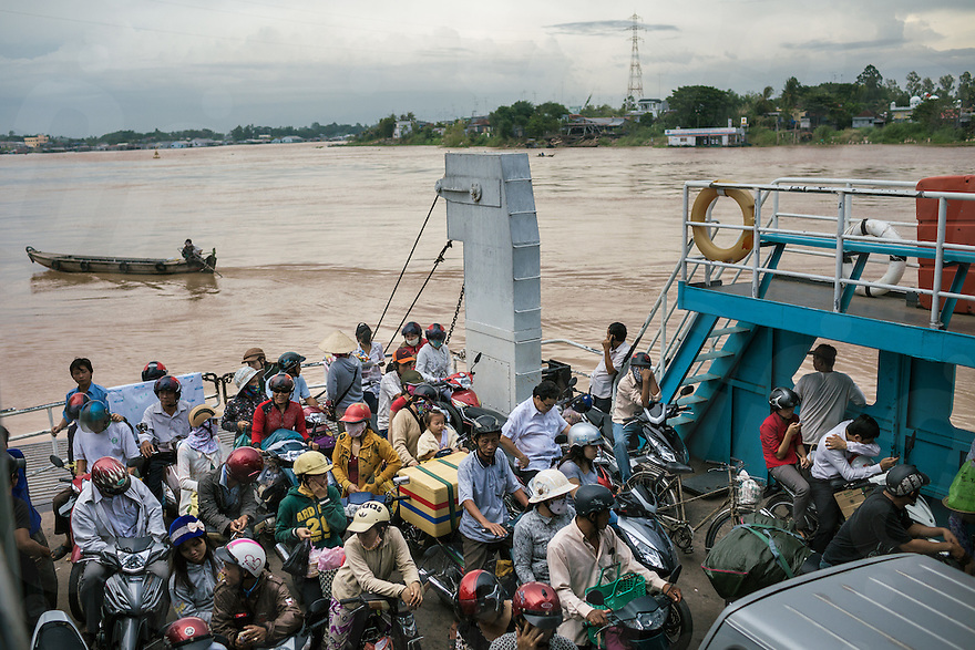August 15, 2012, Chau Doc (Vietnam). Commuters cross the Mekong river on a ferry. © Thomas Cristofoletti / Ruom