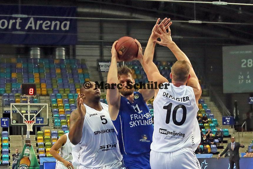 Danilo Barthel (Skyliners) setzt sich gegen Reginald Johnson und Raf De Pagter (Den Bosch) durch - Fraport Skyliners vs. Shooters Den Bosch, Fraport Arena Frankfurt