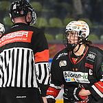 16.03.2019, Eissporthalle am Huehnerberg, Memmingen, DFEL ECDC Memmingen vs ESC Planegg-Wuermtal, <br /> im Bild Daria Gleissner (Memmingen, #20) protestiert bei Schiedsrichter Volker Westhaus<br /> <br /> Foto © nordphoto / Hafner