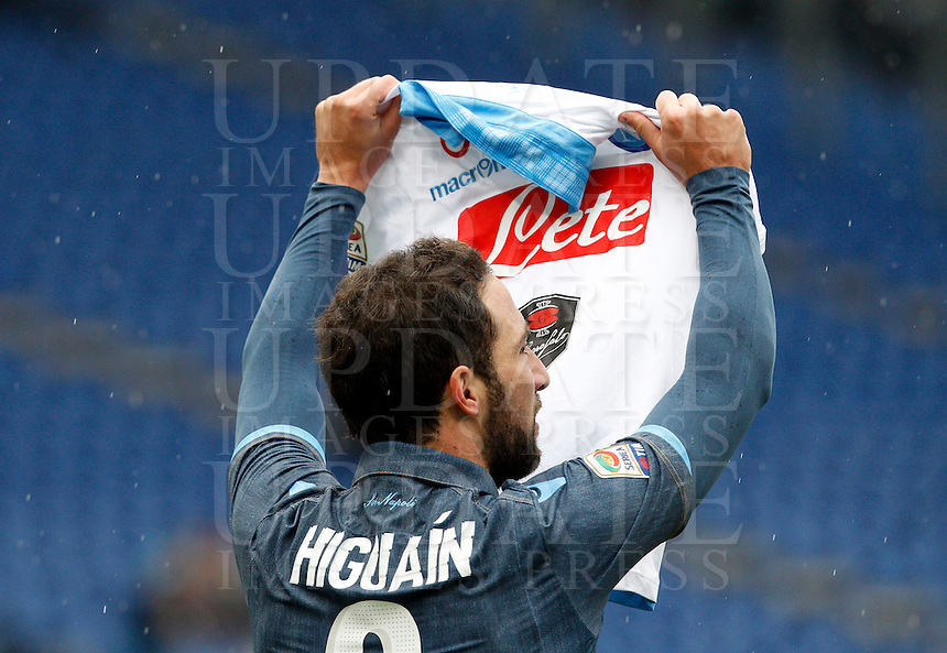 Calcio, Serie A: Lazio vs Napoli. Roma, stadio Olimpico, 18 gennaio 2015.<br /> Napoli&rsquo;s Gonzalo Higuain waves a jersey of his teammate Lorenzo Insigne to celebrate after scoring during the Italian Serie A football match between Lazio and Napoli at Rome's Olympic stadium, 18 January 2015.<br /> UPDATE IMAGES PRESS/Riccardo De Luca