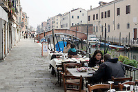 Tavoli all'aperto lungo il canale, all'osteria Bea Vita, Venezia.<br /> Terrace along sidecanal at Bea Vita osteria in Venice.<br /> UPDATE IMAGES PRESS/Riccardo De Luca
