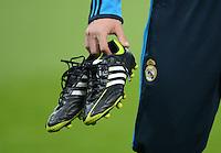 FUSSBALL   CHAMPIONS LEAGUE  HALBFFINAL HINSPIEL   2011/2012      FC Bayern Muenchen -Real Madrid          17.04.2012 Esteban Granero (Real Madrid) mit seinen Adidas Fussballschuhe in der Hand
