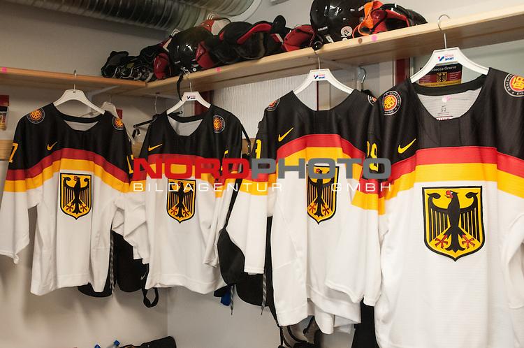 03.04.2015, Rosengards Ishall, Malm&ouml; , SWE, IIHF Eishockey Frauen WM 2015, Deutschland (GER) vsJapan (JPN), im Bild, Blick in die deutsche Kabine vor dem 2. Spiel der Relegation<br /> <br /> ***** Attention nur f&uuml;r redaktionelle Berichterstattung *****<br /> <br /> Foto &copy; nordphoto / Hafner