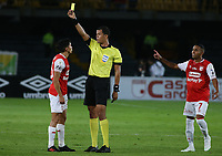 BOGOTA - COLOMBIA, 08-02-2020: Jhon Ospina Londoño, arbitro, muestra la tarjeta amarilla a Fabian Sambueza de Santa Fedurante partido entre Independiente Santa Fe y Atlético Junior por la fecha 4 de la Liga BetPlay DIMAYOR I 2020 jugado en el estadio Nemesio Camacho El Campín de la ciudad de Bogotá. / Jhon Ospina Londoño, referee, shows the yellow card to Fabian Sambueza of Santa Fe during match between Independiente Santa Fe and Atletico Junior for the date 4 as part of BetPlay DIMAYOR League I 2020 played at Nemesio Camacho El Campín stadium in Bogota city. Photo: VizzorImage / Daniel Garzon / Cont