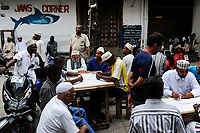 TANZANIA Zanzibar, Stone town is part of UNESCO heritage, muslim men playing games / TANSANIA Insel Sansibar, Stonetown, die Altstadt ist Teil des Unesco Welterbe Programm, 99 Prozent der Bewohner sind Muslime
