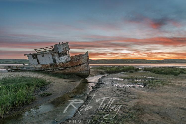 USA, CA, Point Reyes National Seashore, Shipwreck Dawn