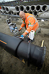 AMSTERDAM - In Amsterdam-Noord werken medewerkers van Bam Infra aan eeen nieuwe persleiding voor de waterbak van het nieuwe metrostation Johan van Hasseltweg. Onder het nieuwe, door Ballast Nedam gebouwde station, ligt zoals gebruikelijk, een wateropslagruimte waar bij hevige neerslag het regenwater wordt opgeslagen dat naar het diepste punt stroom. De nieuwe pijpleiding gaat zorgen voor de afvoer van dit overtollige water zodat het station, als het over enkele jaren in gebruik genomen gaat worden, droog blijft. Metrostation Johan van Hasseltweg wordt het eerste bovengrondse station wat de reiziger zal tegenkomen als deze met de nieuwe Noordzuid lijn in de toekomst vanaf CS Station naar Amsterdam Noord reist. De bijna tien kilometer lange ondergrondse metrolijn zou in 2011 klaar zijn moeten zijn, is begroot voor ongeveer 1,5 miljard euro en moet het reizen in de stad aantrekkelijker en sneller maken voor bewoners en toeristen. COPYRIGHT TON BORSBOOM