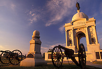 AJ2723, Gettysburg, battery, battlefield, Gettysburg Military Park, Pennsylvania, Pennsylvania Memorial and cannons in the early morning light on Cemetery Ridge at Gettysburg National Military Park in Gettysburg in the state of Pennsylvania.