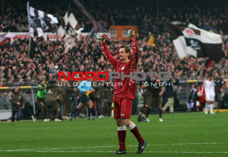 2.Liga FBL 2008/2009  11. Spieltag Hinrunde<br /> FC St.Pauli &ndash; vs. 1.FC N&uuml;rnberg 1:0<br /> <br /> Schlusspfiff am Millerntor. Mathias Hain (Nr.25) jubelt den Fans zu.<br /> <br /> <br /> <br /> Foto &copy; nph (nordphoto)<br /> <br /> *** Local Caption ***