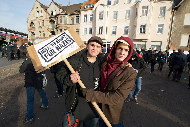 Mehrere tausend Menschen protestierten am Samstag den 18. Januar 2014 in Magdeburg gegen eine Demonstration von ca. 700 Neonazis. Die Nazis demonstrierten in Gedenken an die Bombardierung von Magdeburg am 16.1.1945 durch die Alliierten.<br />Die Polizei verhinderte erfolgreich alle Blockadeversuche der Gegendemonstranten. Daf&uuml;r waren Polizeieinheiten aus Berlin, Niedersachsen, Sachsen und Hessen nach Magdeburg beordert worden.<br />Im Bild: Teilnehmer einer Protestkundgebung am Bahnhof Magdeburg-Neustadt.<br />18.1.2014, Magdeburg<br />Copyright: Christian-Ditsch.de<br />[Inhaltsveraendernde Manipulation des Fotos nur nach ausdruecklicher Genehmigung des Fotografen. Vereinbarungen ueber Abtretung von Persoenlichkeitsrechten/Model Release der abgebildeten Person/Personen liegen nicht vor. NO MODEL RELEASE! Don't publish without copyright Christian-Ditsch.de, Veroeffentlichung nur mit Fotografennennung, sowie gegen Honorar, MwSt. und Beleg. Konto:, I N G - D i B a, IBAN DE58500105175400192269, BIC INGDDEFFXXX, Kontakt: post@christian-ditsch.de<br />Urhebervermerk wird gemaess Paragraph 13 UHG verlangt.]
