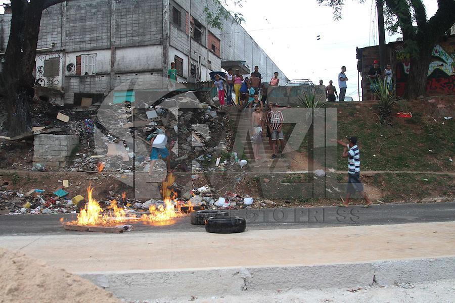 GUARULHOS,SP - 03.02.2014 - INCÊNCIO DE GRANDES PROPORÇÕES / GUARULHOS-SP - Um incêndio de grandes proporções toma a comunidade Hatsuta, na Avenida Monteiro Lbato, altura do numero 3000, na cidade de Gaurulhos, grande são paulo, no fim da tarde desta segunda-feira, 03. Uma vítima com escoriações leves. Oito unidades do Corpo de Bombeiros foram acionadas para o local. Inicio do protesto devido ao incêndio. (Foto: Geovani Velasquez / Brazil Photo Press)
