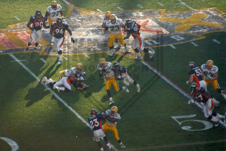 SAN DIEGO - JANUARY 1998: The Green Bay Packers and Denver Broncos in action during Super Bowl XXXII on January 25, 1998 at Qualcomm Stadium in San Diego, California. (Photo by Brad Krause)